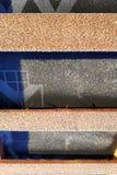 Προετοιμασία της στέγης στεγών ενώπιον της εγκατάστασης των φύλλων των κεραμιδιών μετάλλων με τη μόνωση, που στεγανοποιούν με τη  στοκ φωτογραφίες