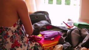 Προετοιμασία της τσάντας για το ταξίδι φιλμ μικρού μήκους