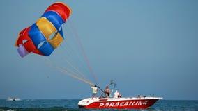 Προετοιμασία της υδατόπτωσης parasail Στοκ Φωτογραφία