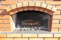 Προετοιμασία της φρέσκιας μπριζόλας βόειου κρέατος στη σχάρα Στοκ Εικόνες