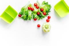 Προετοιμασία του ελαφριού φυτικού μεσημεριανού γεύματος με τις ντομάτες κερασιών, σαλάτα, paprica στην άσπρη τοπ άποψη υποβάθρου  Στοκ φωτογραφίες με δικαίωμα ελεύθερης χρήσης