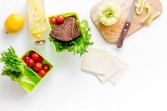Προετοιμασία του ελαφριού φυτικού μεσημεριανού γεύματος με τις ντομάτες, σαλάτα, ψωμί, paprica, τυρί στην άσπρη τοπ άποψη υποβάθρ Στοκ Φωτογραφία