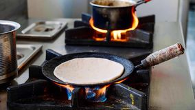 Προετοιμασία του ινδικού paratha aloo σε ένα τηγανίζοντας τηγάνι στη σόμπα αερίου στοκ εικόνες με δικαίωμα ελεύθερης χρήσης