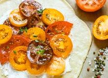 Προετοιμασία του καλοκαιριού Pai με το τυρί εξοχικών σπιτιών, τις πολύχρωμα κόκκινα, ρόδινα, πορτοκαλιά, κίτρινα, μαύρα ντομάτες  Στοκ Φωτογραφία
