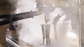 Προετοιμασία του καφέ στη σπασμένη μηχανή καφέ απόθεμα βίντεο