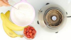 Προετοιμασία του κοκτέιλ γάλακτος αμυγδάλων, που αναμιγνύει τα συστατικά σε ένα μπλέντερ υγιής τρόπος ζωής έννοιας 4K φιλμ μικρού μήκους