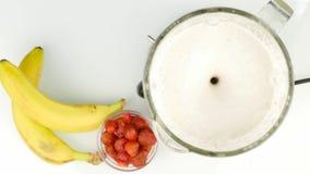 Προετοιμασία του κοκτέιλ γάλακτος αμυγδάλων, που αναμιγνύει τα συστατικά σε ένα μπλέντερ υγιής τρόπος ζωής έννοιας 4K απόθεμα βίντεο