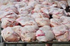 Προετοιμασία του κοτόπουλου για το ψήσιμο στη σχάρα Στοκ φωτογραφία με δικαίωμα ελεύθερης χρήσης