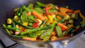 Προετοιμασία του μίγματος λαχανικών στο τηγάνι απόθεμα βίντεο