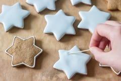 Προετοιμασία του μελοψώματος, μπισκότα μελοψωμάτων ζωγραφικής στοκ εικόνα με δικαίωμα ελεύθερης χρήσης