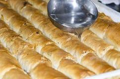 Προετοιμασία του παραδοσιακού τουρκικού Baklava Στοκ εικόνα με δικαίωμα ελεύθερης χρήσης