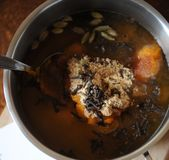 Προετοιμασία του πικάντικου σιροπιού κολοκύθας με τα καρυκεύματα Καρδάμωμο στα φασόλια, την αλεσμένα πιπερόριζα και τα γαρίφαλα Στοκ Εικόνες