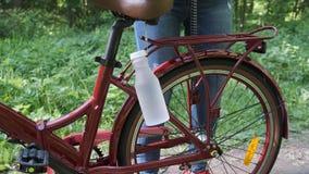 Προετοιμασία του ποδηλάτου για το μακρύ δρόμο Συμπαγής συσκευασία της τσάντας ταξιδιού φιλμ μικρού μήκους