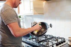 Προετοιμασία του τηγανιού με το τηγανίζοντας πετρέλαιο Στοκ Εικόνες