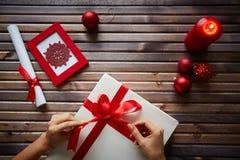 Προετοιμασία του δώρου Χριστουγέννων Στοκ Φωτογραφία