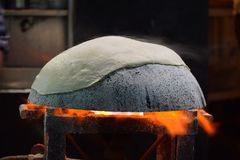 Προετοιμασία του roti rumali tandoori στο tawa με τη φλόγα στοκ εικόνες