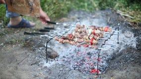 Προετοιμασία του shish kebab στα οβελίδια, άποψη της σχάρας φιλμ μικρού μήκους