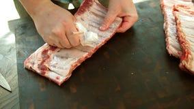 Προετοιμασία τροφίμων, ράφι των πλευρών χοιρινού κρέατος Βερνικωμένος, υπαίθριος στοκ φωτογραφία με δικαίωμα ελεύθερης χρήσης
