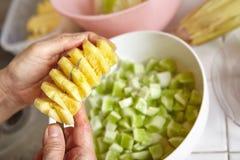 Προετοιμασία των λαχανικών για τη σαλάτα Στοκ Φωτογραφίες