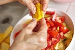 Προετοιμασία των λαχανικών για τη σαλάτα Στοκ Φωτογραφία