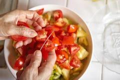 Προετοιμασία των λαχανικών για τη σαλάτα Στοκ φωτογραφία με δικαίωμα ελεύθερης χρήσης