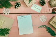 Προετοιμασία των δώρων Χριστουγέννων Τα κιβώτια δώρων συσκευάζονται με τον Κραφτ Στοκ φωτογραφία με δικαίωμα ελεύθερης χρήσης
