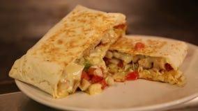 προετοιμασία των εύγευστων μεξικάνικων τροφίμων στο εστιατόριο, τα tacos και τα quesadillas απόθεμα βίντεο