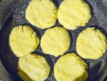 Προετοιμασία των κέικ διατροφής από το τυρί εξοχικών σπιτιών από την ακατέργαστη ζύμη στη μορφή για το ψήσιμο Στοκ εικόνες με δικαίωμα ελεύθερης χρήσης