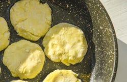 Προετοιμασία των κέικ διατροφής από το τυρί εξοχικών σπιτιών από την ακατέργαστη ζύμη στη μορφή για το ψήσιμο Στοκ φωτογραφία με δικαίωμα ελεύθερης χρήσης