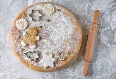 Προετοιμασία των κέικ Χριστουγέννων Διεσπαρμένο αλεύρι στον πίνακα στοκ εικόνα με δικαίωμα ελεύθερης χρήσης