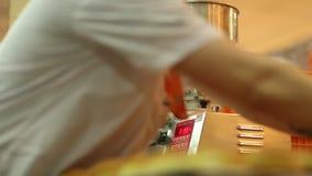 _ Προετοιμασία των κουλουριών κρέμας απόθεμα βίντεο