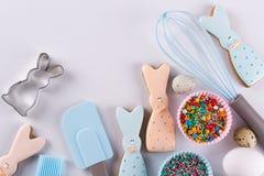 Προετοιμασία των μπισκότων μελοψωμάτων Μπισκότα Πάσχας με μορφή ενός αστείου κουνελιού, εργαλεία απαραίτητα να κάνουν τη ζύμη μελ Στοκ εικόνα με δικαίωμα ελεύθερης χρήσης