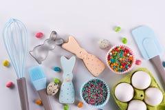 Προετοιμασία των μπισκότων μελοψωμάτων Μπισκότα Πάσχας με μορφή ενός αστείου κουνελιού, εργαλεία απαραίτητα να κάνουν τη ζύμη μελ Στοκ φωτογραφία με δικαίωμα ελεύθερης χρήσης
