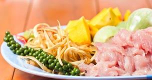 Προετοιμασία των μπριζολών και των καρυκευμάτων χοιρινού κρέατος τροφίμων Στοκ φωτογραφία με δικαίωμα ελεύθερης χρήσης