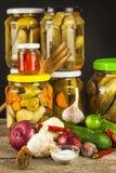 Προετοιμασία των ξινών αγγουριών στην κουζίνα βάζο αγγουριών που παστών Εγχώρια κονσερβοποιώντας λαχανικά Ζωή στο αγρόκτημα Στοκ Φωτογραφία