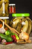 Προετοιμασία των ξινών αγγουριών στην κουζίνα βάζο αγγουριών που παστών Εγχώρια κονσερβοποιώντας λαχανικά Ζωή στο αγρόκτημα Στοκ εικόνες με δικαίωμα ελεύθερης χρήσης