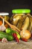 Προετοιμασία των ξινών αγγουριών στην κουζίνα βάζο αγγουριών που παστών Εγχώρια κονσερβοποιώντας λαχανικά Ζωή στο αγρόκτημα Στοκ εικόνα με δικαίωμα ελεύθερης χρήσης