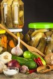 Προετοιμασία των ξινών αγγουριών στην κουζίνα βάζο αγγουριών που παστών Εγχώρια κονσερβοποιώντας λαχανικά Ζωή στο αγρόκτημα Στοκ Φωτογραφίες