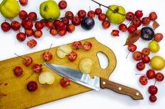 Προετοιμασία των σαλατών φρούτων σε ένα άσπρο υπόβαθρο στοκ εικόνες