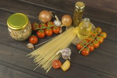 Προετοιμασία των σπιτικών ζυμαρικών Ζυμαρικά και λαχανικά σε έναν ξύλινο πίνακα διαιτητικά τρόφιμα Στοκ φωτογραφία με δικαίωμα ελεύθερης χρήσης