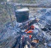 Προετοιμασία των τροφίμων στην πυρά προσκόπων στην άγρια στρατοπέδευση Στοκ Εικόνες