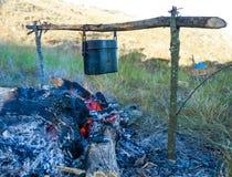 Προετοιμασία των τροφίμων στην πυρά προσκόπων στην άγρια στρατοπέδευση Στοκ εικόνες με δικαίωμα ελεύθερης χρήσης