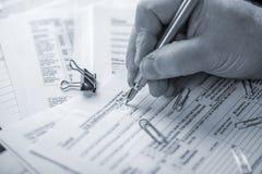 Προετοιμασία των φορολογικών μορφών Στοκ φωτογραφία με δικαίωμα ελεύθερης χρήσης