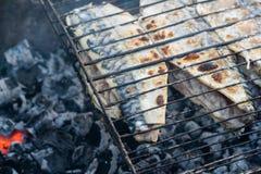 Προετοιμασία των ψαριών στη σχάρα Η αργή καύση των ανθράκων Στοκ φωτογραφία με δικαίωμα ελεύθερης χρήσης