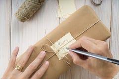 Προετοιμασία των δώρων για τα Χριστούγεννα Στοκ Φωτογραφίες