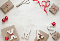Προετοιμασία των δώρων για το υπόβαθρο Χριστουγέννων στοκ εικόνα
