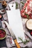 Προετοιμασία ψητού κρέατος με τον κενό λευκό μαρμάρινο τέμνοντα πίνακα, το μαχαίρι κουζινών, το ρύζι και τα μαγειρεύοντας συστατι Στοκ φωτογραφία με δικαίωμα ελεύθερης χρήσης