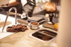 Προετοιμασία Tamping Espresso Στοκ φωτογραφία με δικαίωμα ελεύθερης χρήσης