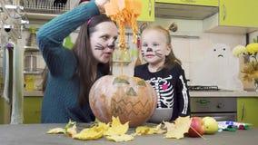 Προετοιμασίες αποκριών Το Mom και η κόρη παίζουν στο makeup Κόψτε την κολοκύθα φιλμ μικρού μήκους