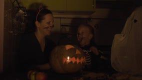 Προετοιμασίες αποκριών Το Mom και η κόρη παίζουν στο makeup Παρουσιάστε κολοκύθα απόθεμα βίντεο